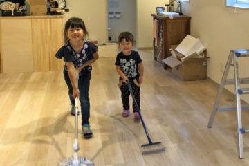 娘たちが床掃除のお手伝い